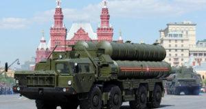 Зенитная ракетная система большой и средней дальности С-400 «Триумф» на Красной площади в Москве во время военного парада (Фото: Марина Лысцева/ТАСС)