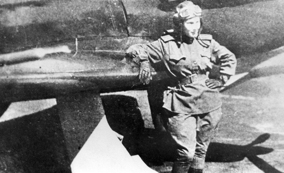 © РИА Новости Советская летчица Лидия Литвяк у своего истребителя. 1943 год